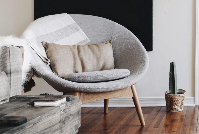 grijze stoel houten vloer